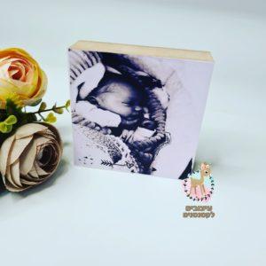 תמונת לידה על בלוק עץ